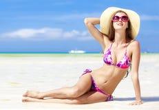 Fille aux cheveux longs dans le bikini sur la plage tropicale de Bali Photos stock