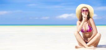 Fille aux cheveux longs dans le bikini sur la plage tropicale de Bali Images libres de droits