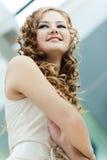 Fille aux cheveux longs de verticale Image libre de droits