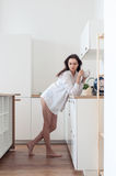 Fille aux pieds nus dans la chemise se tenant dans la cuisine Photo stock