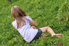 Fille aux pieds nus sur l'herbe Images stock