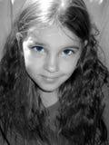Fille aux yeux bleus. Image stock