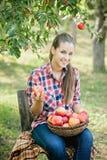 Fille avec Apple dans le champ de pommiers Images libres de droits