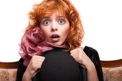 Fille étonnée avec les cheveux rouges, arc rose au-dessus de blanc Image stock