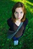 fille avec de grands yeux bleus se tenant en parc Image stock