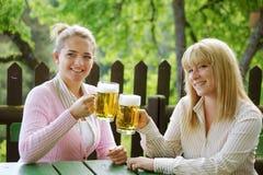 Fille avec de la bière Photographie stock