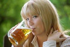 Fille avec de la bière Photos stock