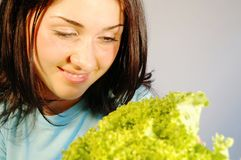 Fille avec de la salade fraîche 1 Photo stock