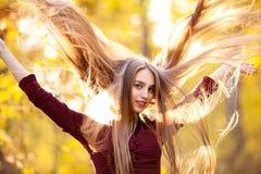 Fille avec de longs beaux cheveux dans une forêt en automne Images stock