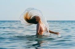 Fille avec de longs cheveux dans l'eau image libre de droits