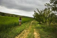 Fille avec de longs cheveux marchant en nature Photographie stock libre de droits