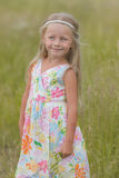 Fille avec de longs cheveux marchant le long du champ un jour chaud d'été Photographie stock
