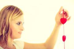 Fille avec de petits coeurs rouges Photographie stock