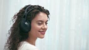 Fille avec des écouteurs banque de vidéos