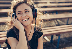 Fille avec des écouteurs Photographie stock libre de droits