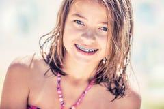 Fille avec des accolades de dents Jolie fille de jeune adolescent avec des bagues dentaires Portrait d'une petite fille mignonne  Photographie stock