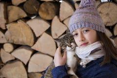 Fille avec des amis de chat pour toujours Photos stock