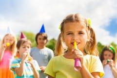 Fille avec des amis sur l'anniversaire Images libres de droits