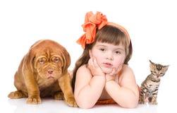 Fille avec des animaux familiers - chien et chat D'isolement sur le fond blanc Images stock