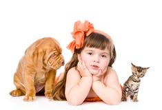 Fille avec des animaux familiers - chien et chat D'isolement sur le fond blanc Photographie stock libre de droits