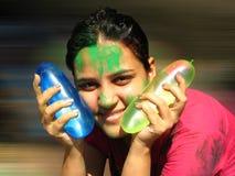 Fille avec des ballons de Holi Image libre de droits