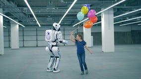 Fille avec des ballons fonctionnant près d'un robot, fin  banque de vidéos
