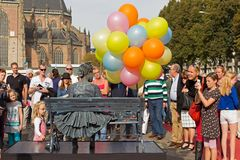 Fille avec des ballons sur la chaise pendant les statues vivantes de championnats du monde à Arnhem Photos stock