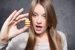 Fille avec des biscuits Photos libres de droits