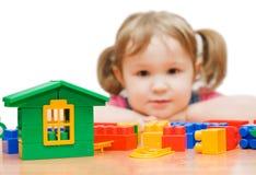 Fille avec des blocs de jouet images libres de droits