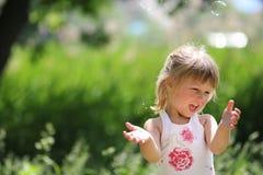 Fille avec des bulles de savon Images stock