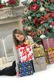 Fille avec des cadeaux de Noël Photos stock