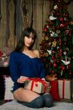 Fille avec des cadeaux de Noël Image stock