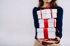Fille avec des cadeaux de Noël dans des mains Photos libres de droits