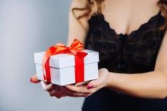 Fille avec des cadeaux de Noël dans des mains Photos stock