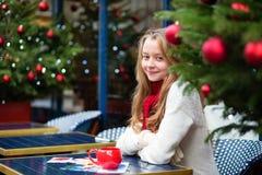 Fille avec des cartes de voeux dans un café parisien Images libres de droits