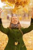 Fille avec des feuilles d'automne images stock