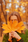 Fille avec des feuilles d'automne photos stock