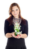 Fille avec des fleurs à disposition Images stock