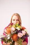 Fille avec des fleurs images stock