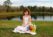 Fille avec des fleurs photographie stock libre de droits