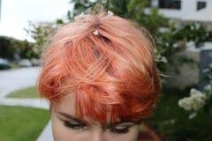 Fille avec des fleurs dans les cheveux colorés Image libre de droits