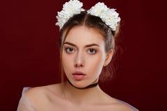 Fille avec des fleurs dans son cheveu images stock