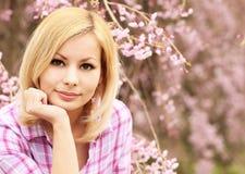 Fille avec des fleurs de cerisier Belle jeune femme blonde photographie stock libre de droits