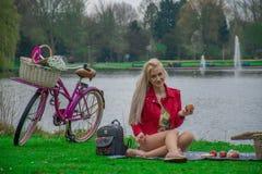 Fille avec des fleurs sur le vélo photo libre de droits