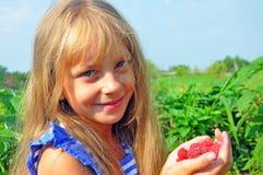 Fille avec des framboises Photos libres de droits