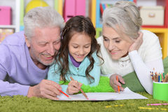 Fille avec des grands-parents dessinant la photo Photos stock