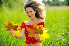 Fille avec des lames d'automne images libres de droits