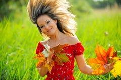 Fille avec des lames d'automne image libre de droits