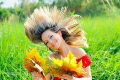 Fille avec des lames d'automne photos libres de droits