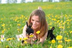 Fille avec des lapins Image libre de droits